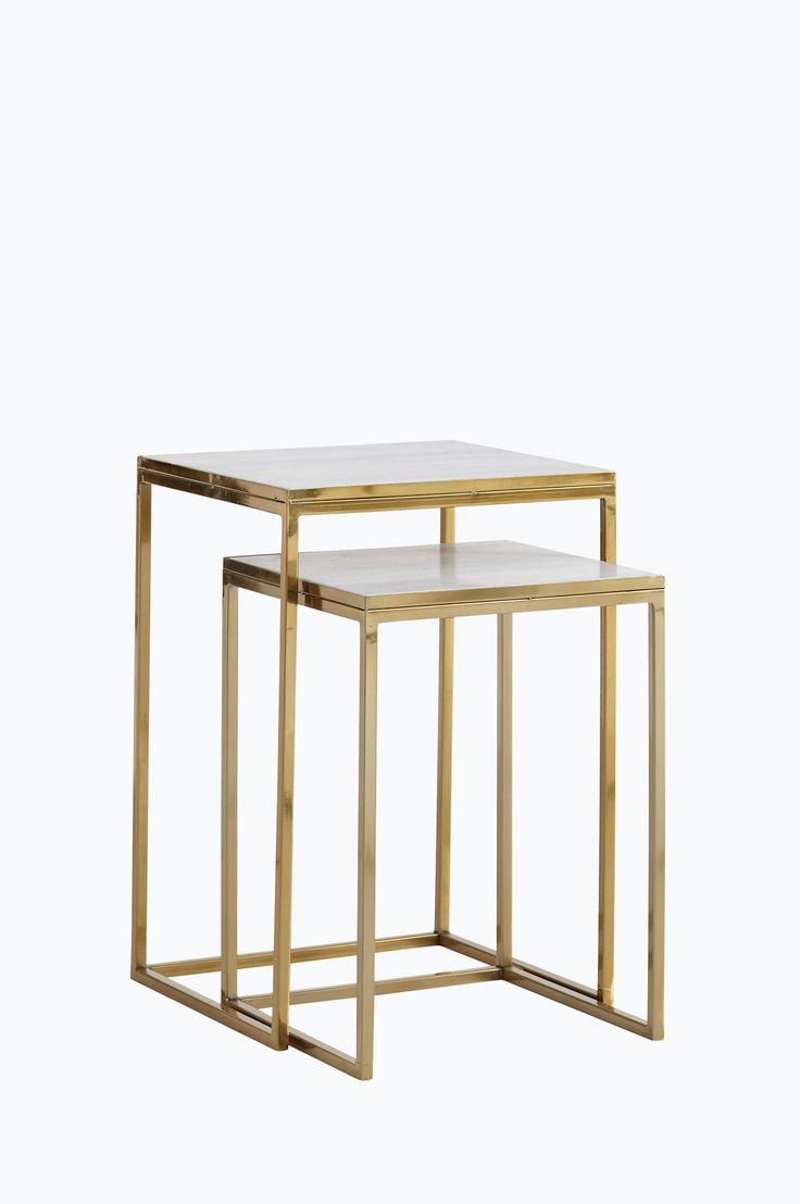 Ellos Home Satsbord Gold Satsbord i två delar, ett större och ett mindre. Metallstomme och skiva av marmor. Handgjort. Litet bord: 36x36 cm, höjd 51 cm. Stort bord: 41x41 cm, höjd 61 cm. <br><br>Då marmor är ett naturmaterial är det normalt att små avvikelser i färg och struktur förekommer.<br><br><br>Underhåll av marmor:<br>För att ge stenen sitt grundskydd rekommenderas marmorpolish som du hittar i välsorterade färgbutiker. Stryk på ett tunt lager. Låt torka i några minuter. Polera upp…