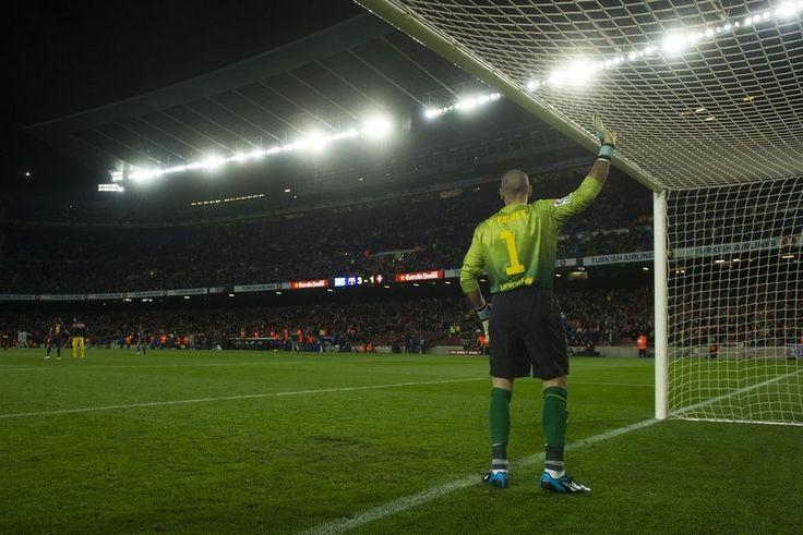 Victor Valdés realiza sus rituales antes del inicio del partido