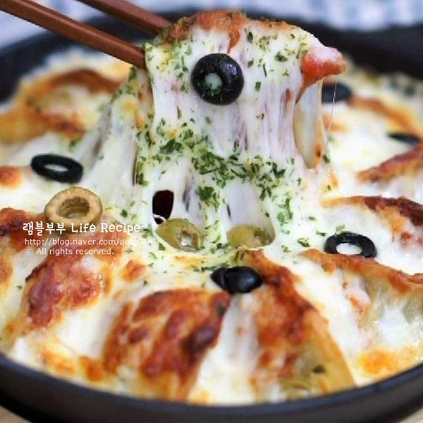 군만두피자 만들기!냉동만두 맛있게 먹는법 칼로리는 잊어라~맛있으면 0칼로리!냉동실에 놀고 있는 냉동만두를 활용한바삭바삭 촉촉하게 맛있는군만두 피자만들기 소개할께요~ 오븐에 지글지글 한번 더 구워내비주얼은 물론 맛보장 냉동만두 요리에요! 바삭하게 구워낸 만두에토마토소스, 치즈듬뿍 넣고돌려만 주면 OK! 치즈가 쭈우욱~외식 부럽지 않은 비주얼과 맛이에요 ^^동...