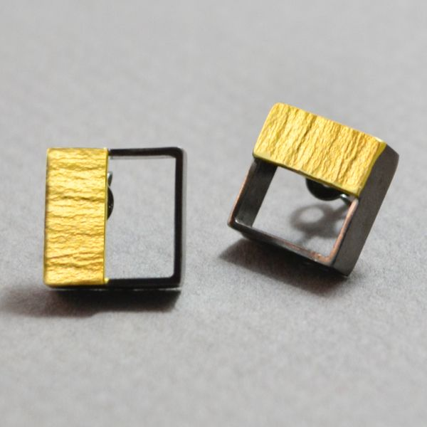 Small squares silver 925 earrings black platinum plated. There is a small silver plate which is gold plated. Simple and elegant design for all occasions. The dimensions are 1x1 cm. The clasps are silver 925.