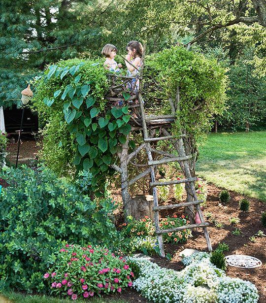 Spielpodest im Garten berankt mit Pflanzen. Ich liebe diese Idee!