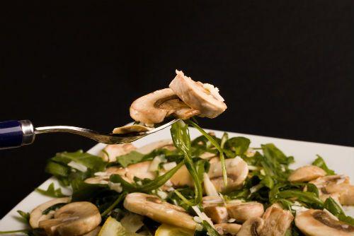 Σαλάτα με μανιτάρια, ρόκα και κουκουνάρι