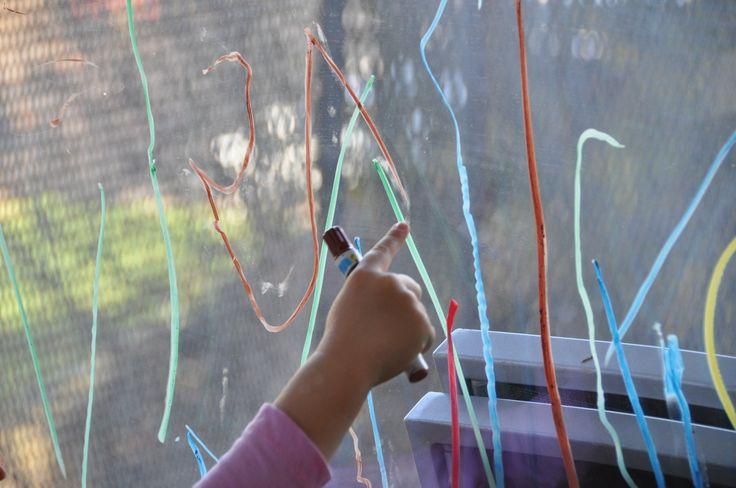 Z času na čas deti rady vytiahnu farbičky na sklo a ich plátnom sa stane veľké balkónové okno. Už viackrát som spomínala výhody vertikálneho maľovania. Deti pri ňom rozvíjajú oveľa viac svalov ako pri maľovaní na papier. Navyše poskytuje lepšiu perspektívu a veľká plocha zase umožňuje väčší rozlet fantázii. Po skončení deti vymenia farbičky za …