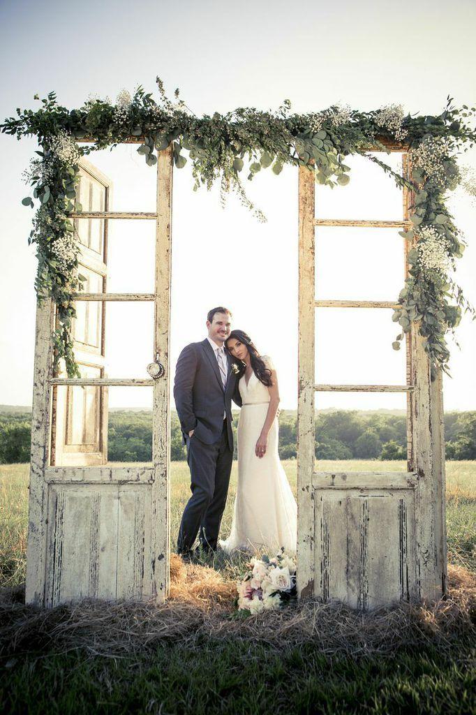 на открытом воздухе деревенские старые двери идеи свадебный декор