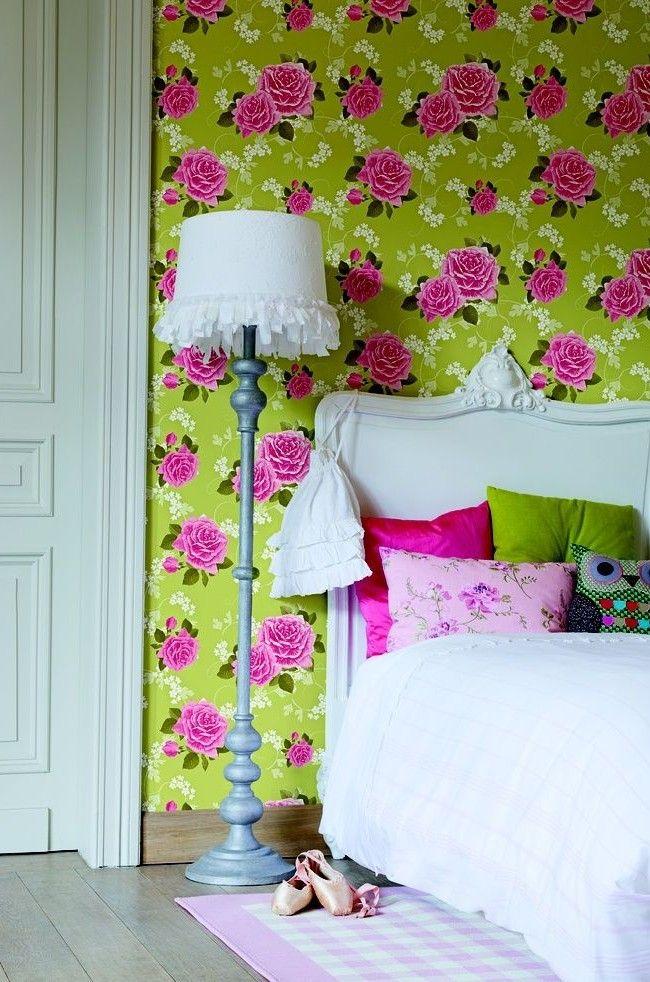 Обои с розовыми и белыми цветами на зеленом фоне