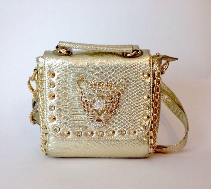 Cartera Donatella dorada con aplicación de leopardo. Colgador largo y corto. $55.000