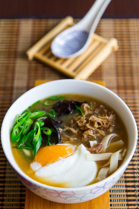 Рамэн, он же рамен - японский фастфуд, хотя китайцы и корейцы с этим определением не согласятся. Но именно в Стране восходящего солнца этот простой и сытный суп с пшеничной лапшой достиг свойственного японцам уровня утонченности: в японских рамэнных очень часто сами делают лапшу и особым образом готовят мясо (обычно свинину), а уж бульон - это и вовсе целая поэма.