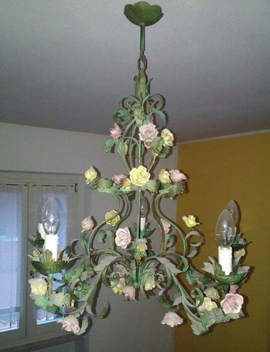Bloemen kroonluchter met metalen bladeren en porselein rozen - Italië jaren 1950  In uitstekende staat onbeschadigd.Daten: vanaf de jaren 1950Materiaal: metaal en porseleinOorsprong: ItaliëGrootte:-hoogte 75 cm-diameter 70 cmAantal lampen: 5-Kleuren: groen geel en roze  EUR 1.00  Meer informatie