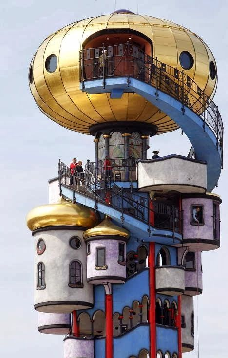 """La """"Torre Hundertwasser"""", Abensberg, Germania è una torre destinata alla produzione e distribuzione di birra. Alta 34,19 metri e inaugurata a gennaio del 2010 è stata disegnata dall' artista austriaco Hundertwasser, scomparso durante la fase di progettazione.  Condividete e seguiteci su: http://momentoingegneria.wordpress.com/"""