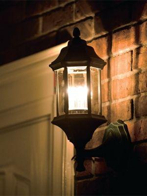 LED照明の玄関灯。同じタイプの白熱電球タイプと比べ、消費電力が約92%ダウン。夜通し点灯していても電気代が安くて安心(オーデリック)