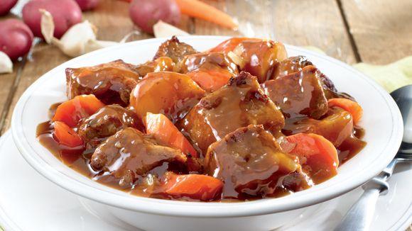 Μια εύκολη συνταγή για ένα υπέροχο πιάτο μεγεμάτη, πλούσια, σπιτική γεύση για όλη την οικογένεια. Μοσχαράκι σιγοβρασμένο με πατάτες και καρότα, για ένα πε