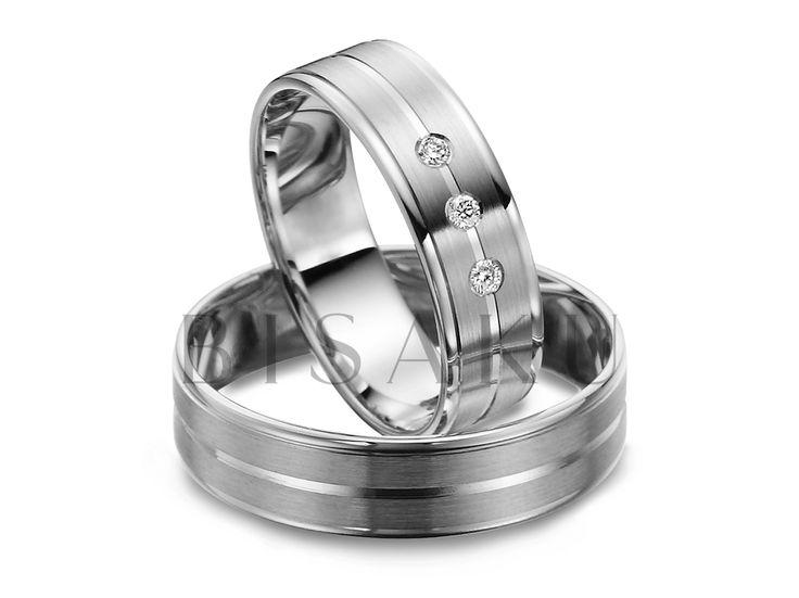 R140 Lesklé prvky a jemné detaily? Měly by takto vypadat vaše vysněné snubáky? Chápeme, že není jednoduché, aby se snoubenci shodli na stejných špercích. Věříme, že u těchto prstenů je souměrnost zdobení krásná a uspokojí tak nároky vás obou. Dámský prsten zdobí tři kameny. #bisaku #wedding #rings #engagement #svatba #snubni #prsteny #palladium