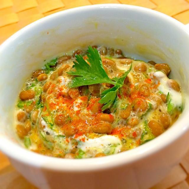 ヨーグルト納豆にはネギじゃないでしょ?と思って、インド料理風にパクチーみじんまぜてパブリカパウダーかけてみました。 次はライタ納豆作ってみよー|( ̄3 ̄)| - 68件のもぐもぐ - ヨーグルパクチー納豆 by okappie