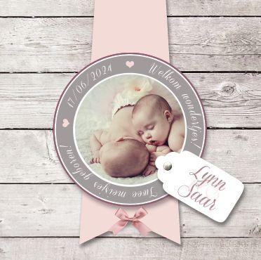 Geboortekaartje Lynn & Saar www.hetuilennestje.nl. Tweeling, zacht, Steigerhout, Roze, Taupe tinten, houten planken, lief, babyfoto, label, naamkaartje, cirkel, wit, hart/ hartjes, meisje, strikje.