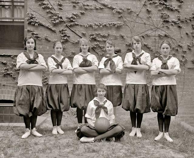 Баскетбольная команда девушек «Friends School», Вашингтон, 1917 год.