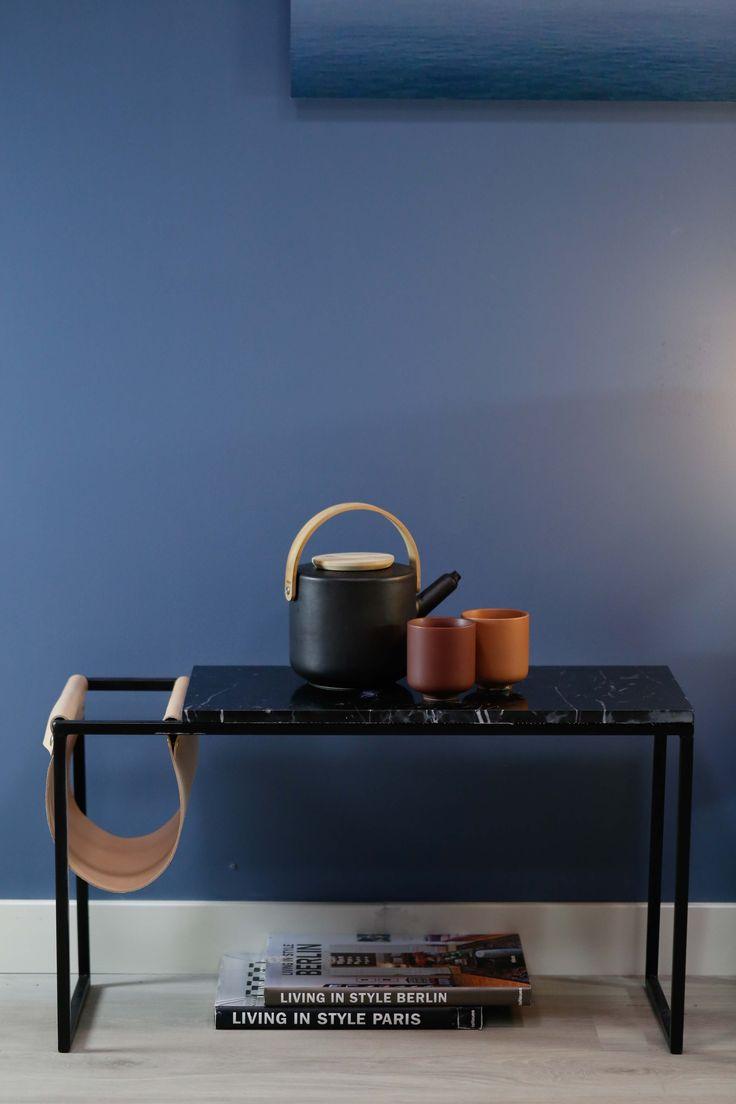 Marmorbord med svart marmorplate og nude lærlomme.