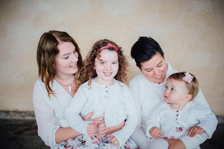 Mamma Therese, Mamma Lena och två busiga tjejer! Är man fem år så kan det hända att man säger till sina mammor på vägen hem att fotografen nog var en rätt dålig sådan, för hon lekte bara massa lekar och glömde ta bilder!