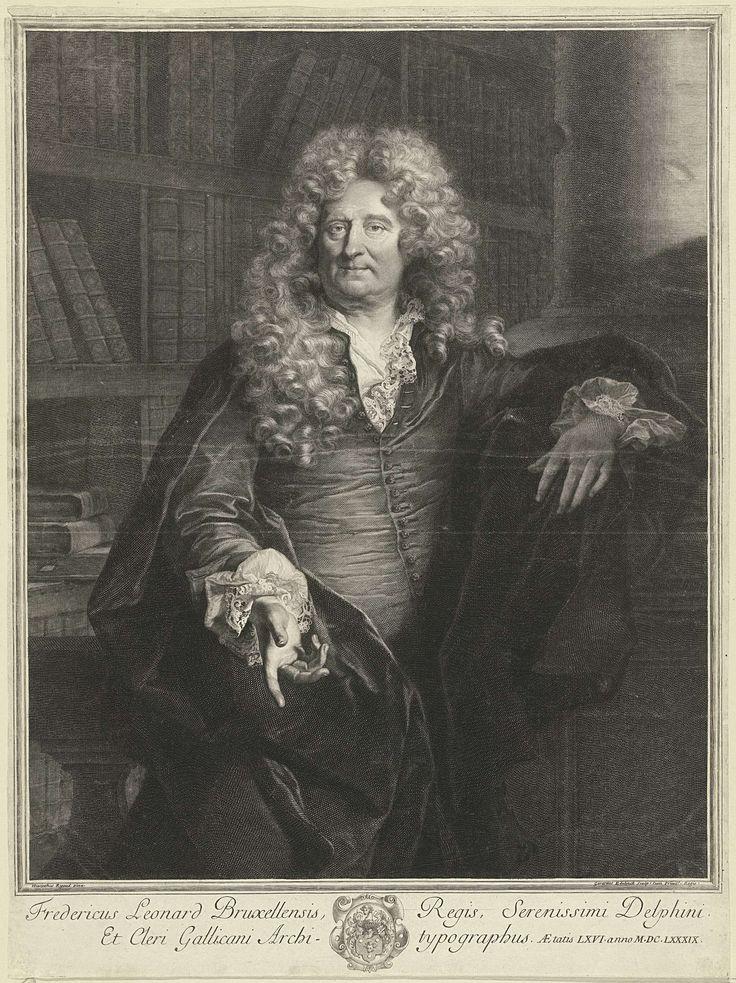 Gerard Edelinck | Portret van Frédéric Leonard, Gerard Edelinck, Lodewijk XIV (koning van Frankrijk), 1689 - 1707 | Portret van de Franse drukker Frédéric Leonard (1623-1712), ten halven lijve afgebeeld in bibliotheek. Onder het portret een wapen met aan weerszijden twee regels Latijn.
