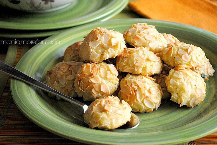 Queste crocchette di patate e mandorle oltre ad essere buonissime, risultano talmente eleganti da poterle servire ciascuna nel suo pirottino in un buffet.
