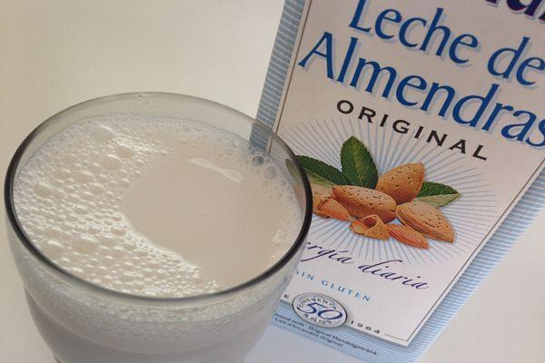 La leche de almendras es rica en calcio, fósforo y potasio y contiene bajos niveles de sodio, propiedades que la hacen recomendable para mujeres embarazadas y enfermos del corazón