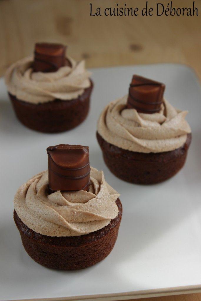 Cupcakes au Kinder Bueno. Un délicieux cupcake au chocolat garni d'une ganache au Kinder Bueno, une vraie tuerie, impossible de résister!!
