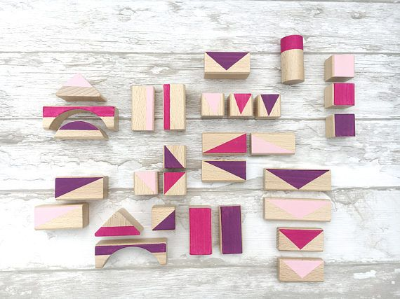 Who does not know her?! Holzbausteine! Ideal for the little ones (suitable for 1 year) in color coordinated pastel colors, with geometric patterns which stimulate the imagination of the children even more. Ideal as a gift for a birthday or Christmas. The building blocks are made of