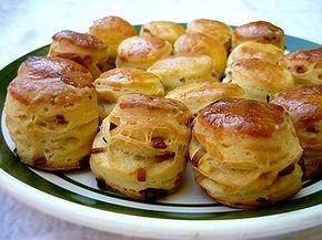 Limara péksége: pogácsák hétvégére Legyen omlós, meleg, friss, tepertős és hagymás. És készüljön belőle nagyon sok. Ez a pogácsa titka. Figyelem, a tepertős függőséget okoz!