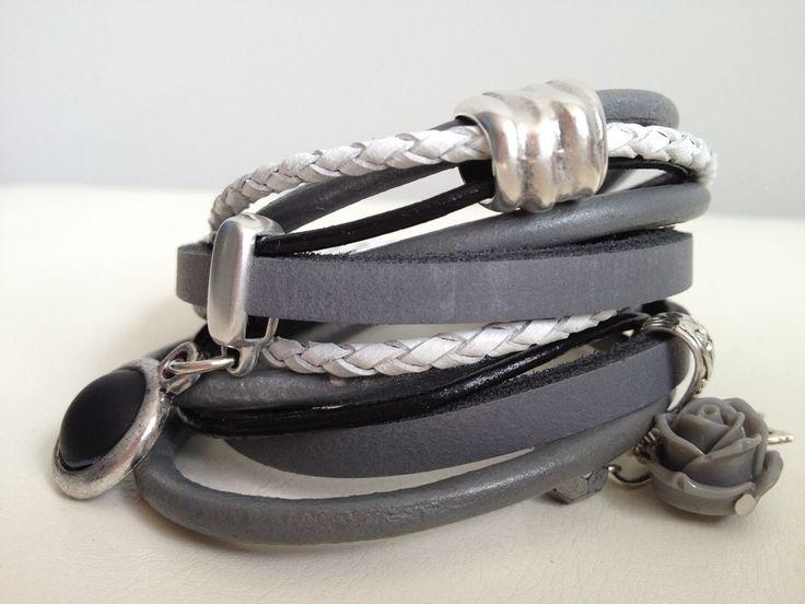 Mooie brede wikkelarmband in grijstinten. Afgewerkt met mooie bedels en een zwarte cabochon €20,95