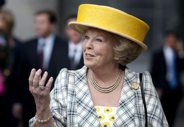 nr 300: Koningin Beatrix  verhip, mijn prikbord is op hol geslagen, ze staat alweer op 301!