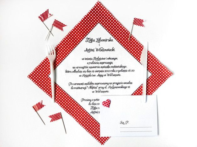 **Pierwsze w Polsce zaproszenia ślubne na bawełnianych chusteczkach!**  Czerwona kratka nawiązuje do koców, na których rozgrywają się romantyczne pikniki. Jeśli lubicie taką formę spędzania czasu...