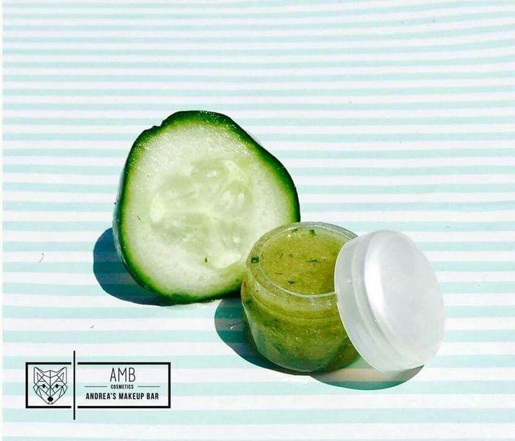• Pepino • Exfoliante de azúcar para labios     Beneficios:  ♡El aceite de coco es uno de los mejores hidratantes naturales que podemos encontrar para el cuidado de la piel y es un buen aliado para limpiar profundamente la piel y deshacerse de las células muertas que se van acumulando día a día. ♡ El pepino gracias a sus altos contenidos de vitamina A, C, y E tienen propiedades antioxidantes que ayudan a mantener la piel hidratada, libre de toxinas.
