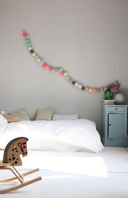 Kids room; graue Wand mit weissen Möbeln / Einrichtung und dazu Girlande mit Filzkugeln! zauberhaft