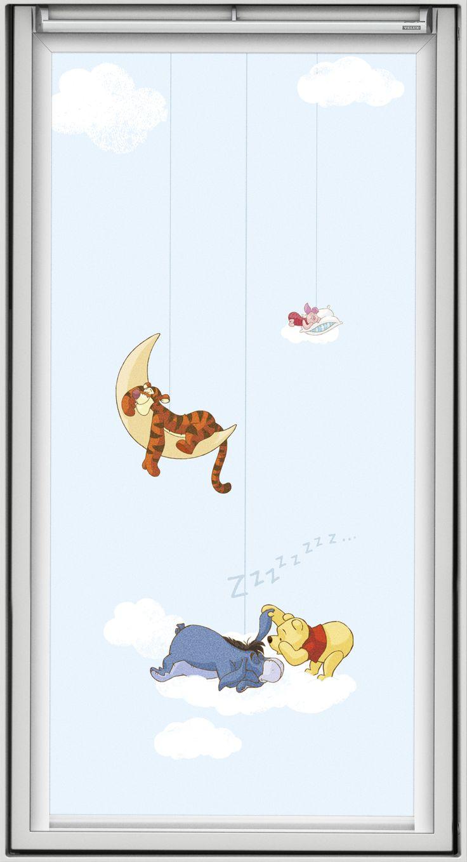 """Der Bär Winnie Puuh präsentiert sich auf einem der VELUX Verdunkelungs-Rollos im Disney-Design mit seinen Freunden verträumt auf Wolken schwebend. Bildquelle: © Disney. © Disney. Based on the """"Winnie the Pooh"""" works by A. A. Milne and E. H. Shepard."""