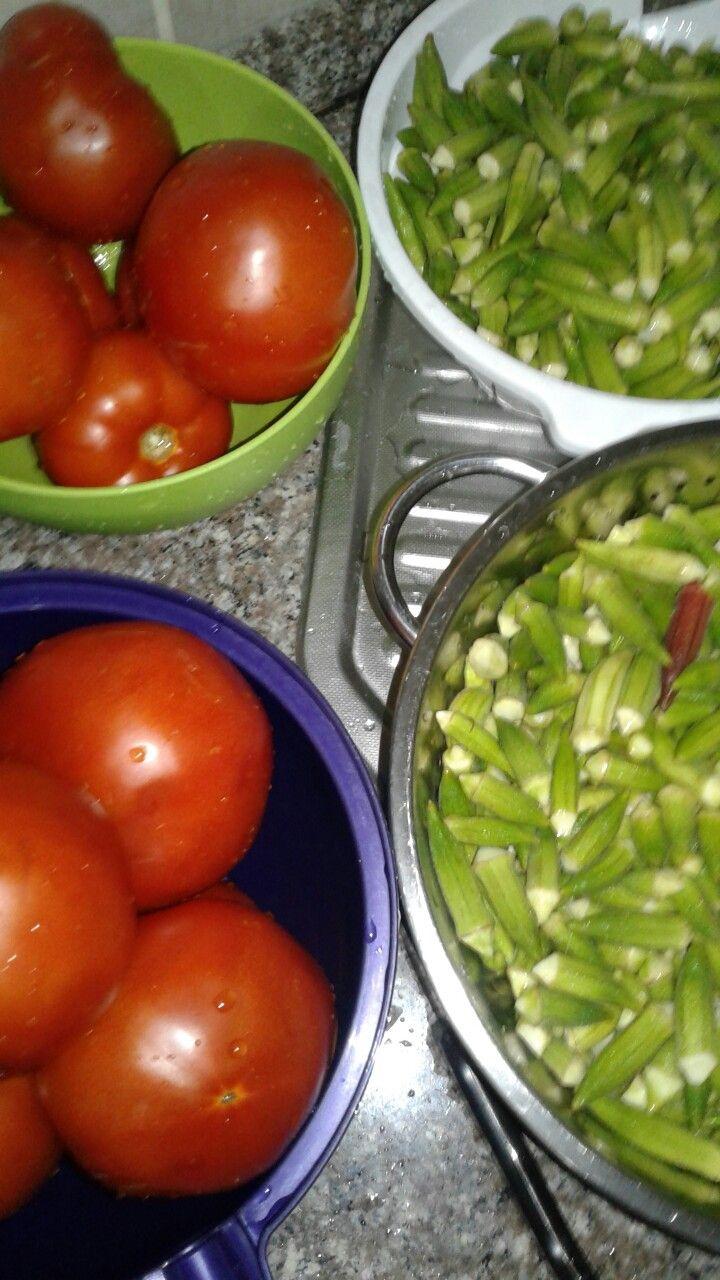 Kislik bamya konservesi 2 kilo bamya 2 kilo domates 1 su bardagi zeytin yagi 2 tatli kasigi tuz 1 tatli kasigi seker