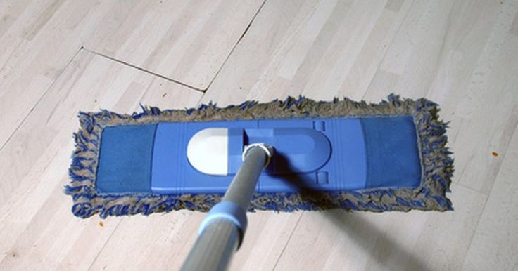 Cómo fijar los precios de un servicio de limpieza. Si estás interesado en comenzar tu propio servicio de limpieza, tendrás que ser capaz de establecer las tasas para saber cuánto cobrar. Al fijar las tarifas, hay varios factores a considerar, tales como la cantidad de tiempo que te toma limpiar, tu salario deseado por hora y la tasa actual del mercado de servicios de limpieza en tu vecindario.