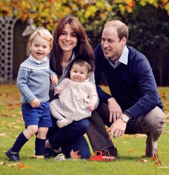 Belle surprise ce vendredi. Kensington Palace a dévoilé une nouvelle photo de famille du prince William et de son épouse la duchesse de Cambridge, née Kate Middleton, avec leurs deux enfants le prince George et la princesse Charlotte.
