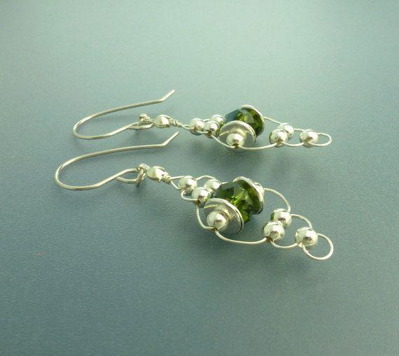 Tejer con pendientes de cristal de alambre con el alambre de oreja de plata esterlina