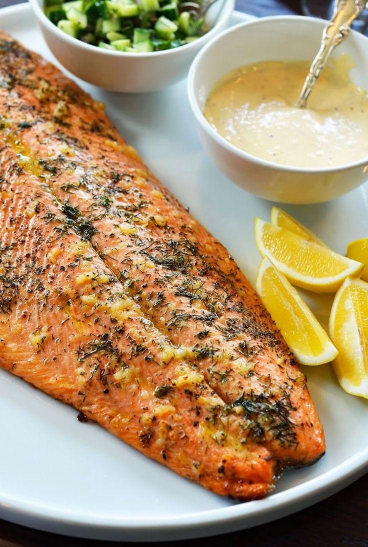 salmon asado + ajo + eneldo + limon con unos sabrosos pedasos de pepino