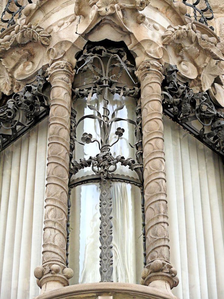 Casa Calvet, diseñada por Antoni Gaudí en 1898, se puede ver en el número 48 de la Calle Caspe. Esta es la primera casa de vecinos de Gaudí, construida para la familia de andreu Calvet, una familia de fabricantes textiles. La fachada construida con piedra y hierro forjado, se realizó - según Permanyer - con la colaboración de Lluís Badia (hierro forjado) y el carpintero Casas i Bardé. - Casp (por Arnim Schulz em Flickr)