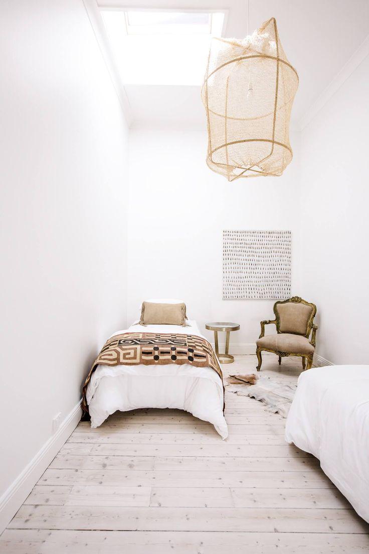 Une chambre blanche au charme ancien