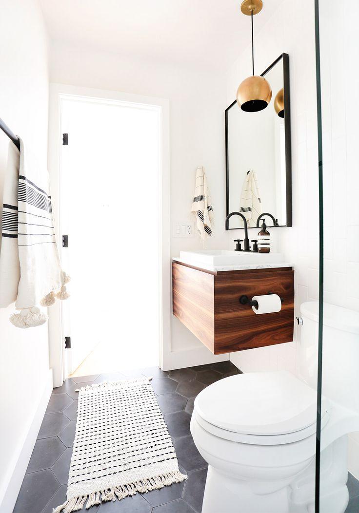esempio di bagno lungo e stretto secondo me molto carino, ma da capire se piace a M. evitare però il mobile sotto lavello in legno ceh dà problemi con l'acqua