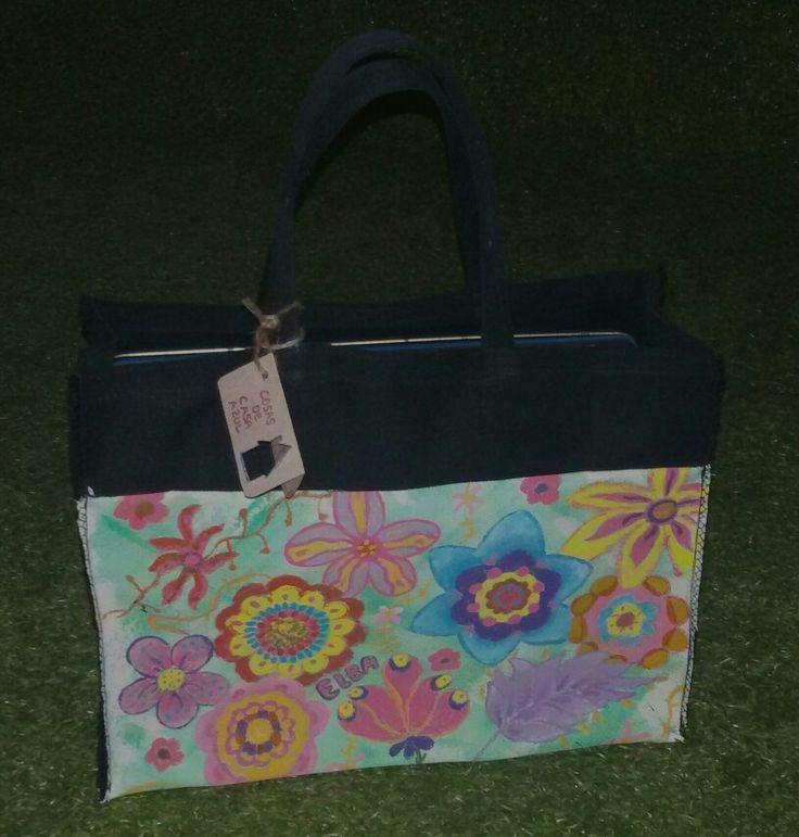 Flores en bolsa de almuerzo, pintada a mano y confeccionada con telas recicladas.  www.cosasdecasaazul.blogspot.com