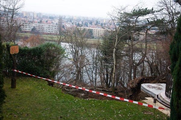 Zosuv pôdy Červená veža pri Piešťanoch http://www.pnky.sk/aktuality/zosuv-na-cervenej-vezi-nesmu-odstranit-ale-cestu-na-ratnovce-sprejazdnia/