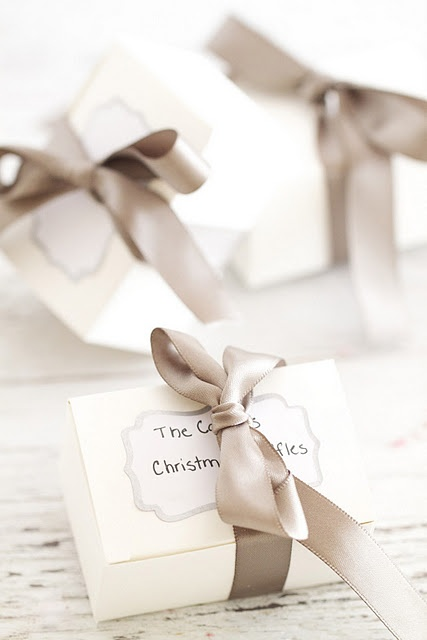 beautiful gift, white, silver, bows, #Christmas, creative, handicraft work, ribbon, decoration - wunderschönes Geschenk, silber, weiß, Schleifen, Weihnachten, kreativ, weihnachtliches Basteln, Geschenkband, Dekoration