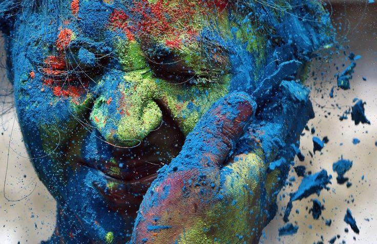 Il Festival dei Colori in India Milioni di persone che fanno festa cospargendosi di acqua e polveri colorate! 10 giorni per un reportage divertente nell'India che ride.