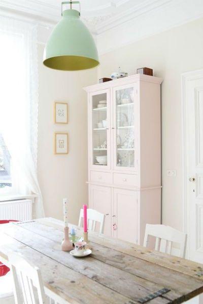 grand vaisselier dans séjour repeint en rose pale