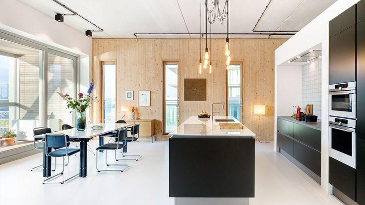 Wanneer je een architect het ontwerp voor je huis laat maken kom je vaak tot originele ideeën. BNLA architecten maakt het ontwerp voor dit droomappartement in Amsterdam waarbij de keuken een industriele maar ook warme uitstraling kreeg. Zwarte keukenkasten, een strak kookeiland, kleine witte tegeltjes en bijzondere verlichting. Een prachtig resultaat!
