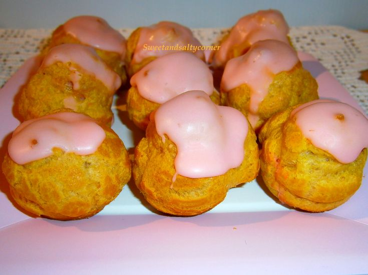 Per oggi i bignè alle fragole: bignè ripieni di crema alle fragole con glassa rosa alla fragola! Carini, primaverili e buonissimi!