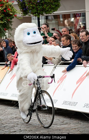 GUILDFORD, UK, 16TH SEP 2012. The Skoda Yeti mascot reaches out to the crowd along Guildford High St. The crowd are lining the route for the Tour of Britain. © Chris Turner / Alamy