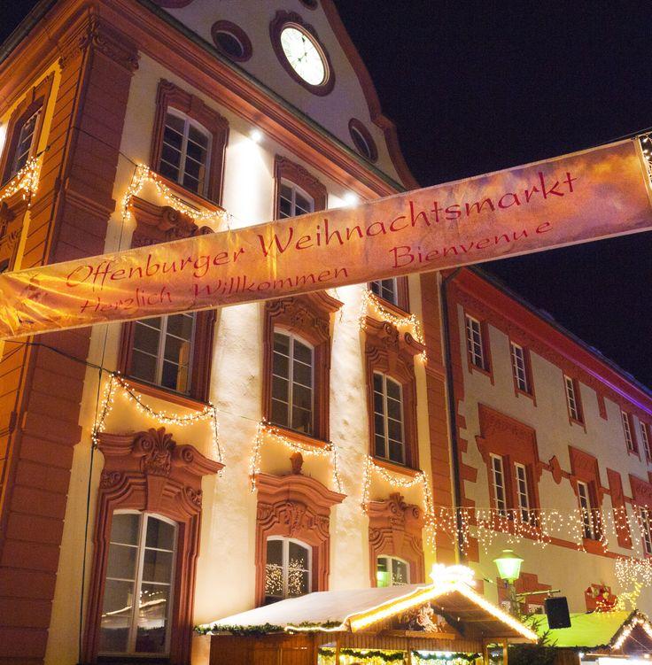 Der Offenburger Weihnachtsmarkt • Marché de Noel a Offenburg im Schwarzwald • Es gibt eine Eisbahn zum Schlittschuhlaufen. Eine fast 8000 M lange Lichterkette.  100.000 Besucher werden jedes Jahr erwartet. Im Vinzentiusgarten gibt es Licht- & Wasserspielen, fantastischeSchattenpoesien, Scherenschnitten & Lichtgrafiken